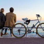 自転車を駐輪して休憩するカップル