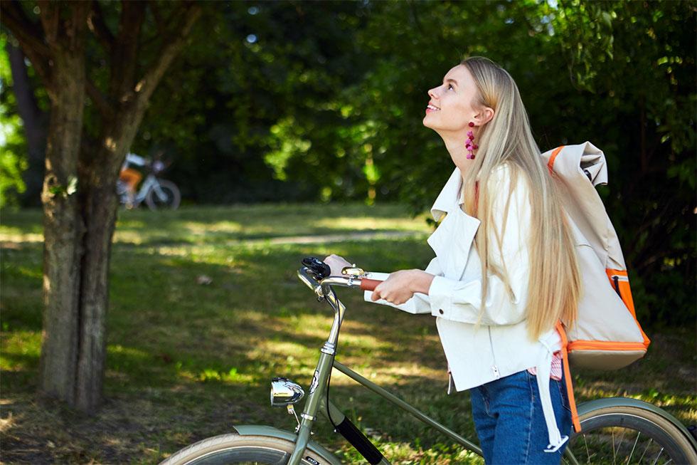 自転車から降りて歩いているイメージ