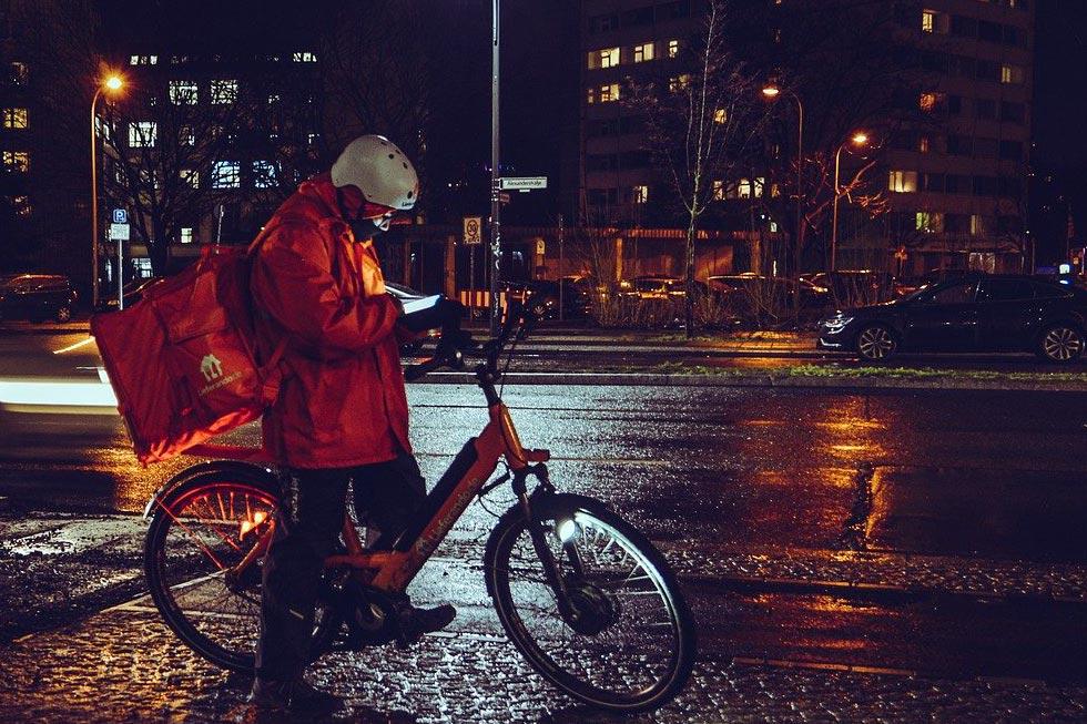 夜間の自転車ライト灯火のイメージ