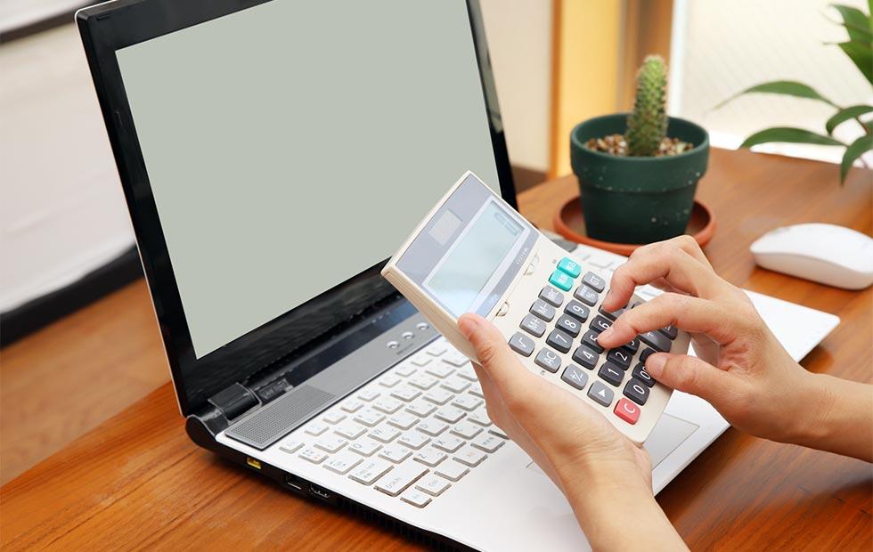 電卓とパソコンのイメージ