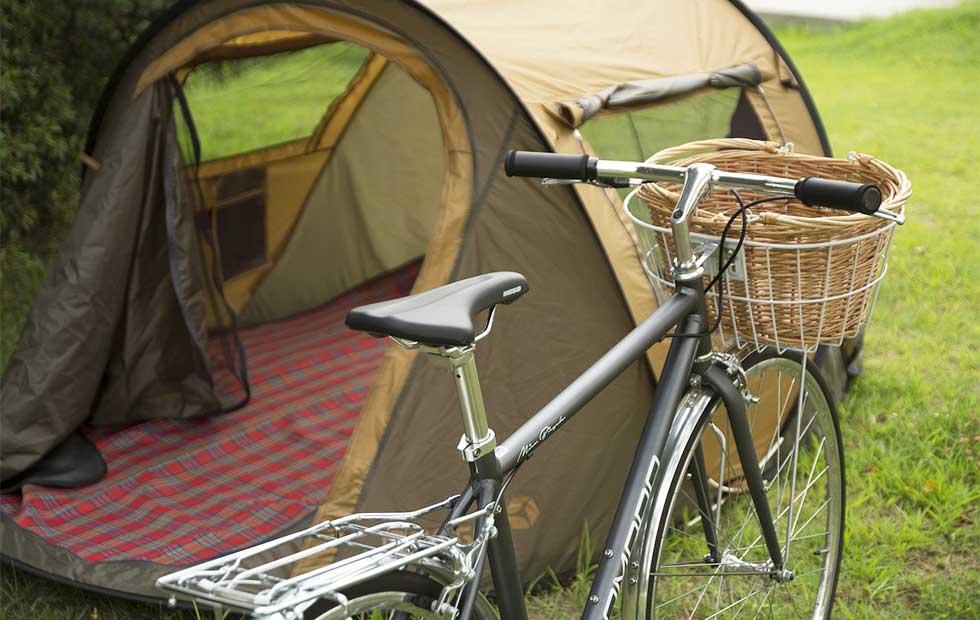 自転車とテントのイメージ