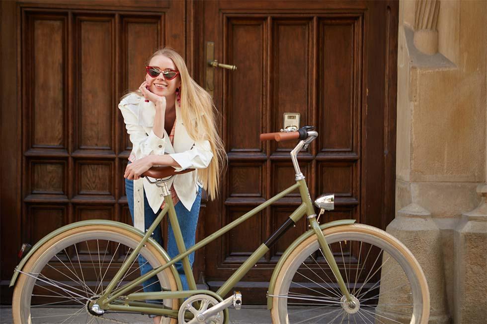 自転車と女性のイメージ