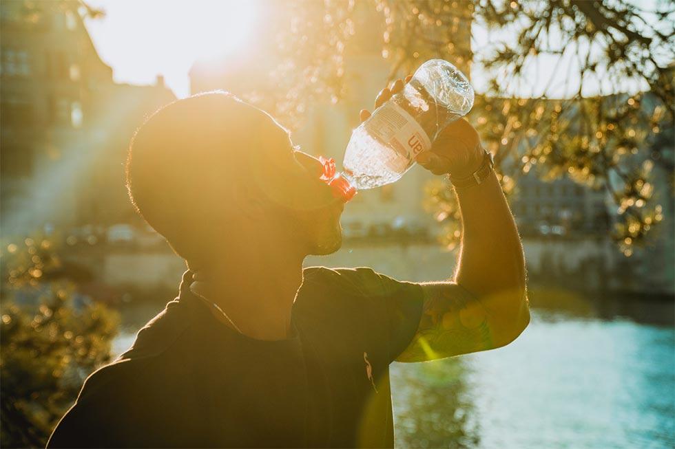 水分補給をする男性のイメージ
