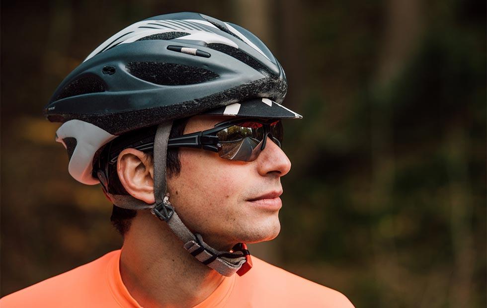 ロードバイクでサングラスをかけている画像