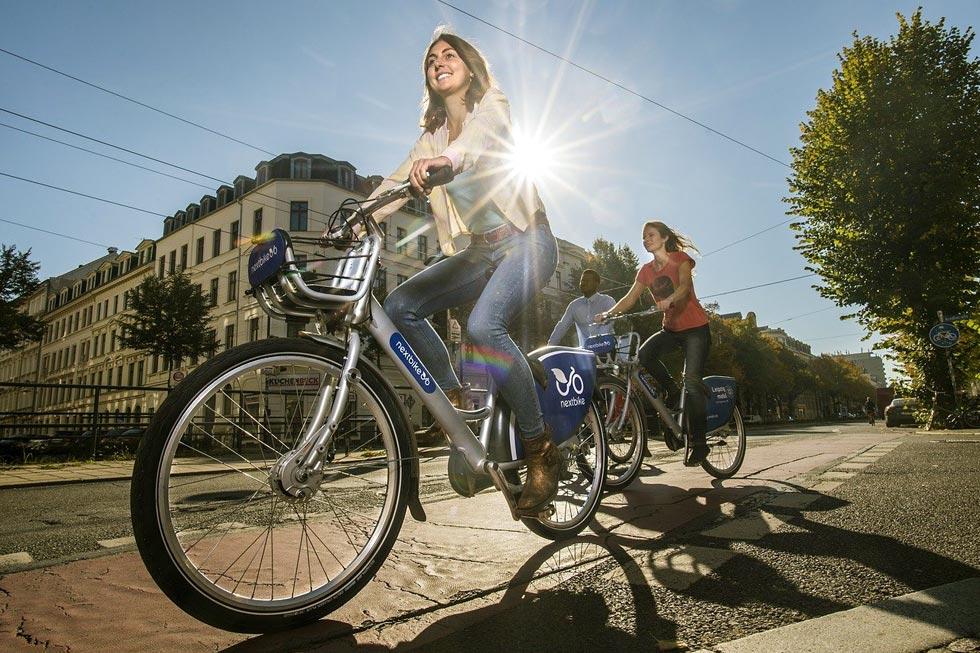 サイクリングをする女性のイメージ