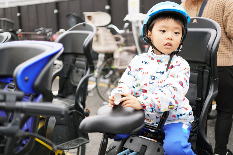 子供乗せ電動自転車に座る子供