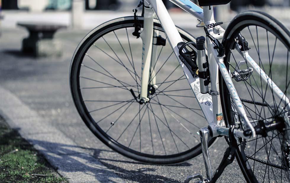 駐輪中のクロスバイク