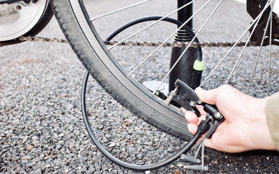自転車に空気を注入をしているイメージ