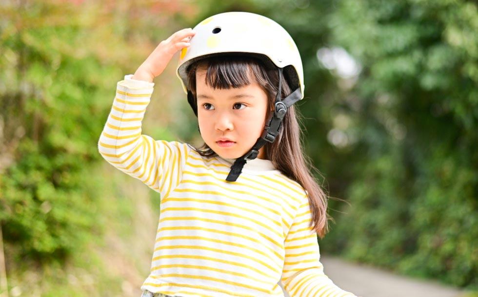 ヘルメットを着用する子供