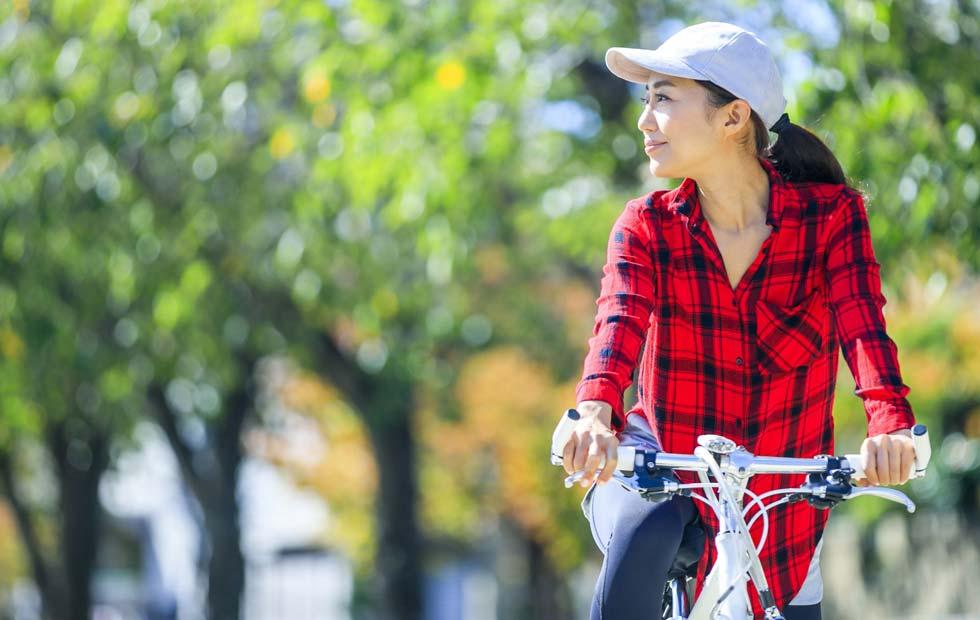 楽に自転車を漕いでいる女性のイメージ