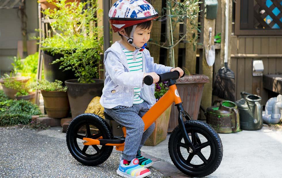 キッズバイクに乗る子供のイメージ